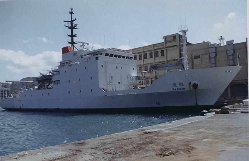 海軍達觀軍艦,側掃聲納須由艦艉的門式吊車吊掛入水。圖/國防部提供