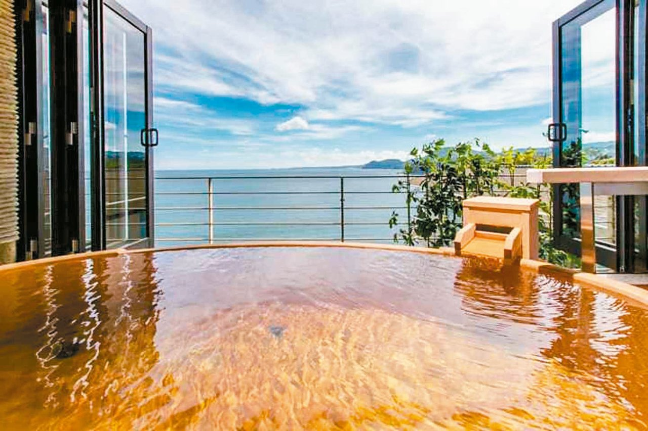 在稻取銀水莊泡湯,可見海天一色美景。 圖/有行旅提供