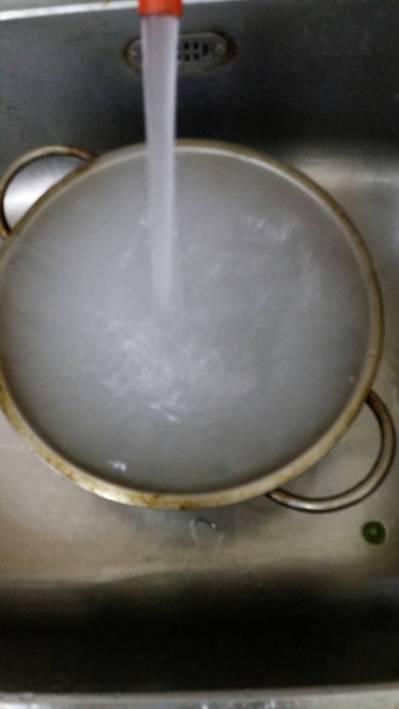 苗栗縣卓蘭鎮就在鯉魚潭水庫邊,有時水龍頭一早流出的自來水就有如洗米水。 圖/楊恭...