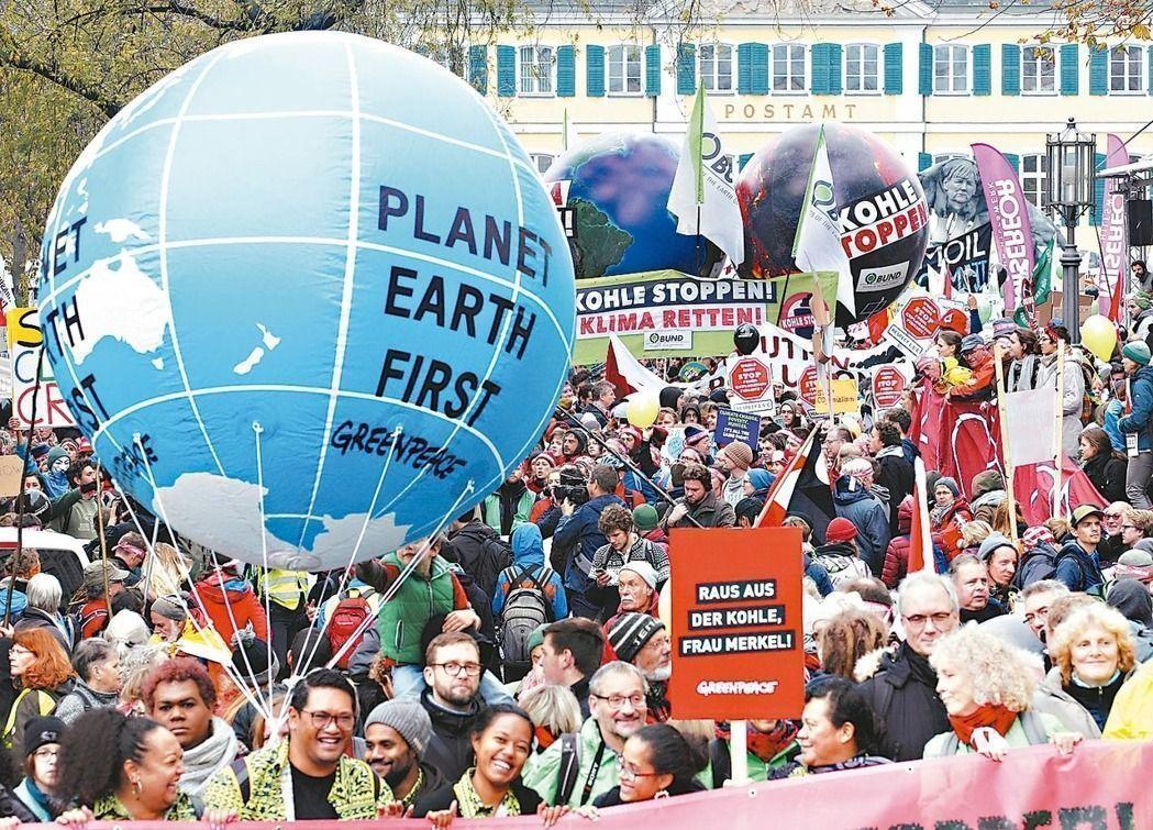 氣候會議在德國波昂登場,開會前夕群眾聚集抗議德國大量用煤。 美聯社