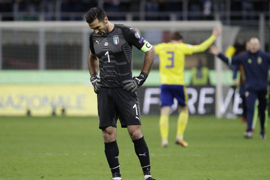 義大利確定被瑞典淘汰,布馮失望低頭不語。 美聯社