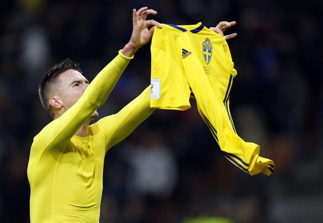 瑞典重返世足賽會內賽,球員興奮地高舉球衣,要凸顯國旗。 美聯社