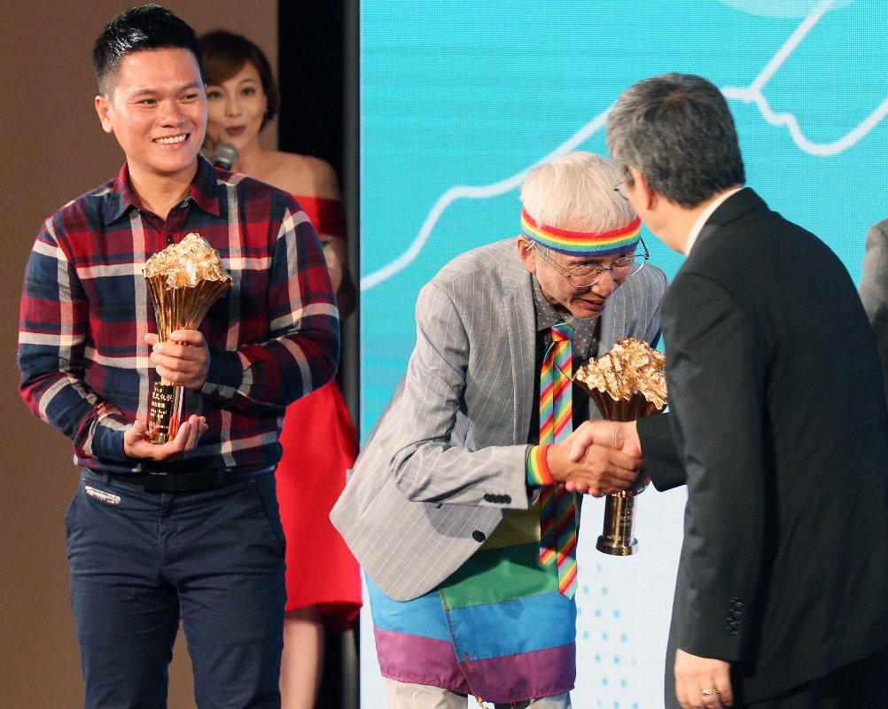 總統文化獎表揚晚會昨天在中山堂舉行,副總統陳建仁(右)在合影後與文化獎得主舒米恩...