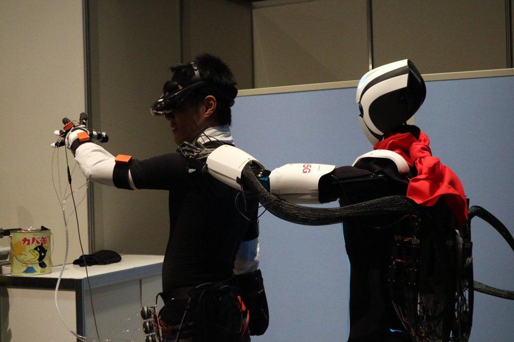 首度亮相的NTT機器人,操作者靠著全身上下的40個傳感器,靈活到手指關節都能同步...