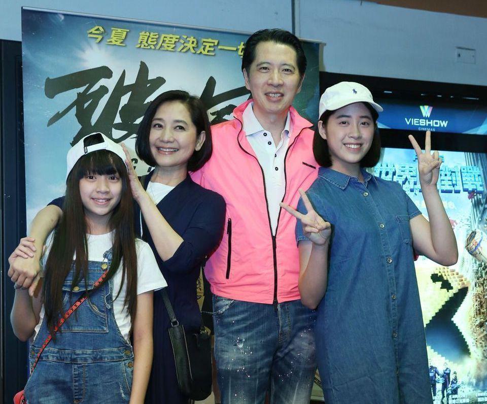 歌手歐陽龍(右二)連任台北市議員,妻子傅娟(左二)也當上里長。 本報資料照片