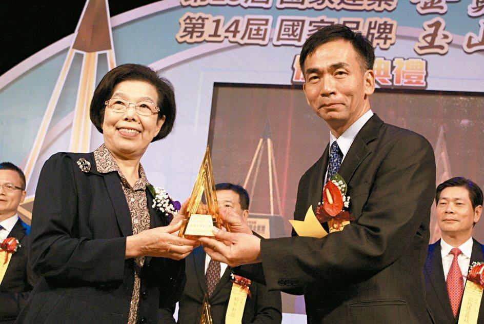 精呈科技榮獲國家品牌玉山獎傑出企業獎,由該公司董事長張瑞成(右),代表接受監察院...