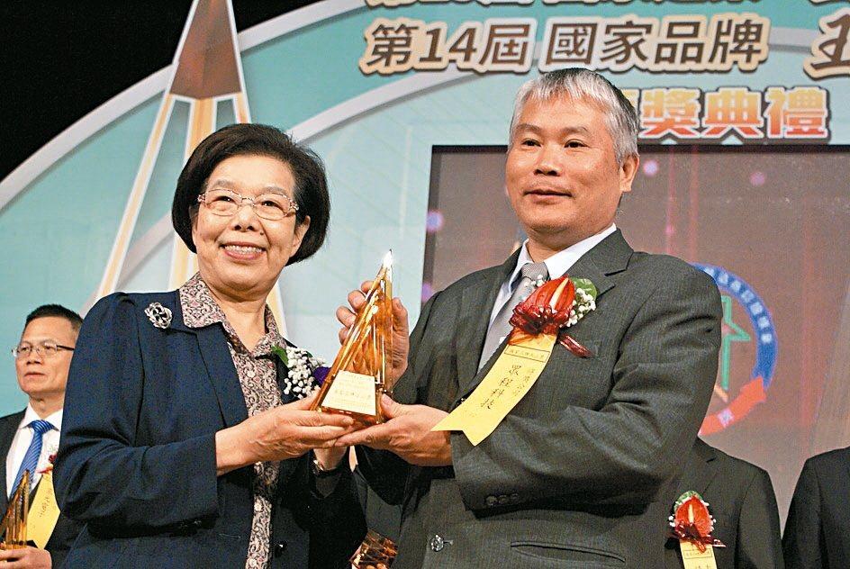 眾程科技勇奪第14屆國家品牌玉山獎傑出企業獎,由該公司總經理張耿彰(右)代表,接...