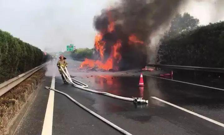 滿載包裹的物流車在中國大陸滬昆高速公路起火,逾4,500件貨物被燒成渣了。 圖/...