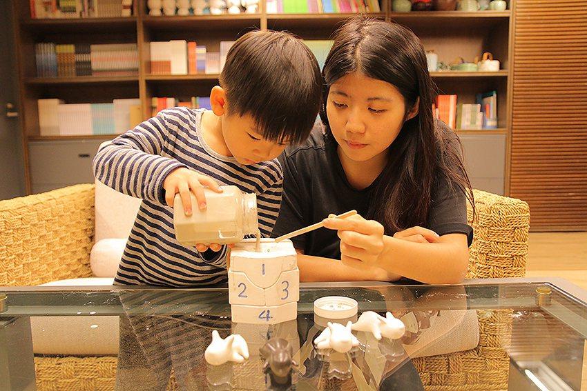 「小狗注漿灌模體驗包」讓大人小孩都瘋狂,隨時都能在家開注漿陶藝課。 陶博館/提供