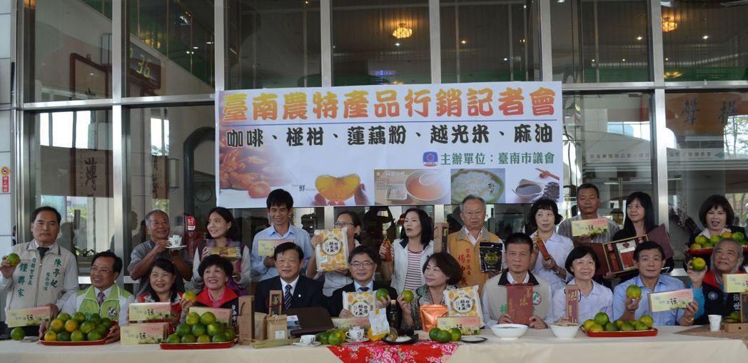 市府與議會攜手行銷臺南當季農特產品。陳慧明 攝影