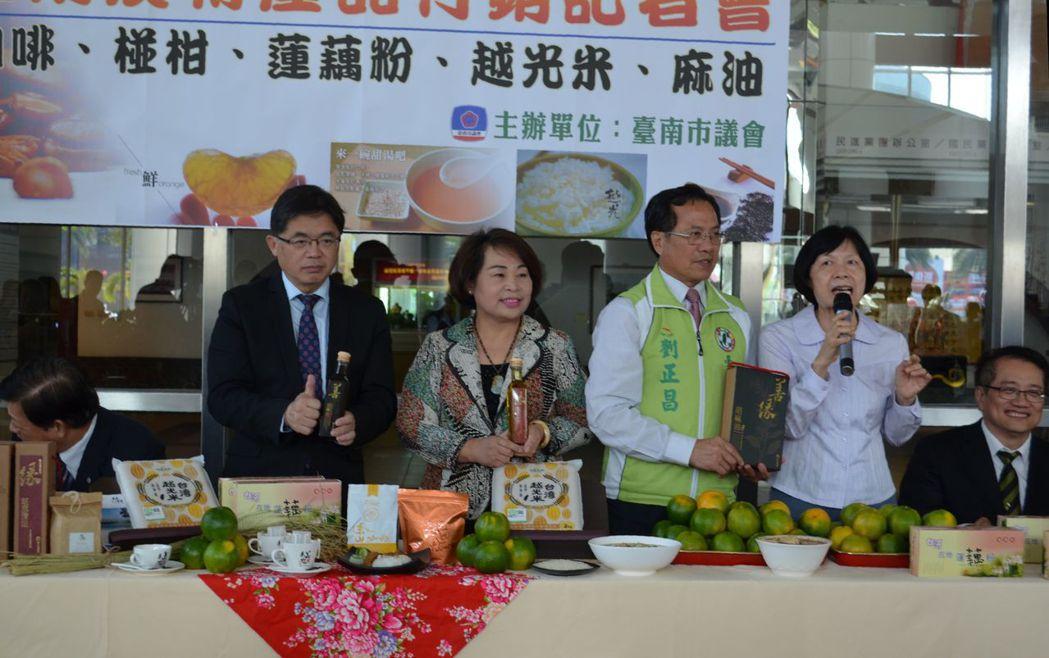 代理市長李孟諺(左一)、賴美惠議長(左二)連袂行銷臺南當季農特產品。 陳慧明 攝...