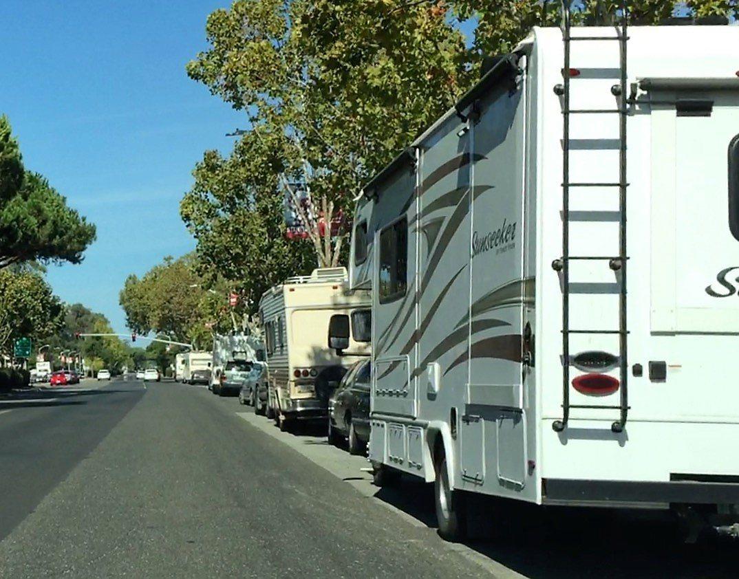 史丹福大學前El Camino大道上的房車,排列成行,是巴洛阿圖的奇特「街景」。...