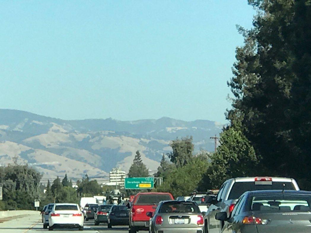 房價飆高、不想搬離矽谷的上班族只好搬去更遠、較便宜的地區,上午尖峰時段已提前到清...