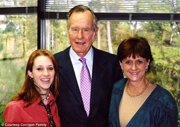 老布希總統當年與人合影,現在被指控又摸又捏左邊這位年輕女性的臀部。(取自臉書)
