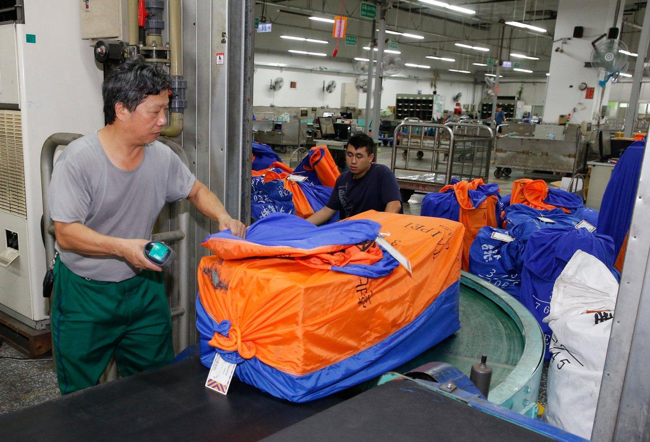 台北郵件處理中心國際航空郵件科,彩色的袋子裝的是國際快捷郵件。 記者鄭超文/攝影