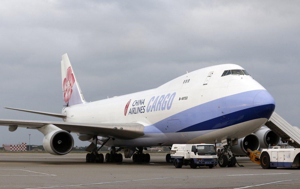 許多航空郵件或由貨機或客機的貨艙送往世界各地。 記者鄭超文/攝影