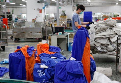 台北郵件處理中心國際航空郵件科,工作人員正在做郵件分類。 記者鄭超文/攝影