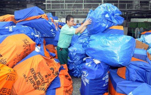 一旦空中斷郵,寄往國外的航空郵件無法運出,滿坑滿谷的郵件堆滿中華郵政設在桃園機場...