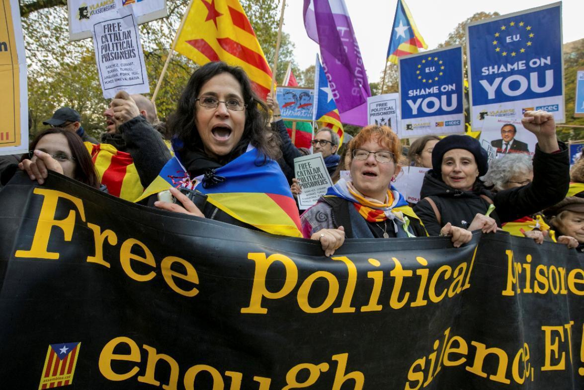 加泰隆尼亞獨立公投功敗垂成至今將近一年,百萬加泰隆尼亞人今天走上巴塞隆納街頭,穿...