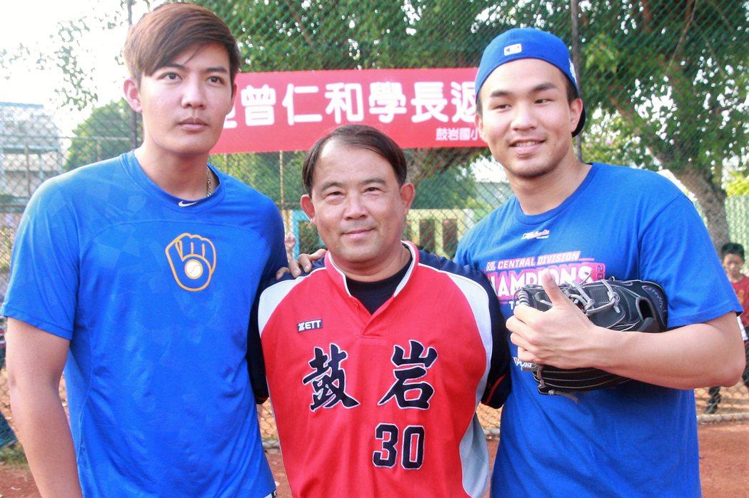 旅美職棒投手王維中(左)及曾仁和(右)14日攜手回在高雄的國小母校,傳授學弟球技...