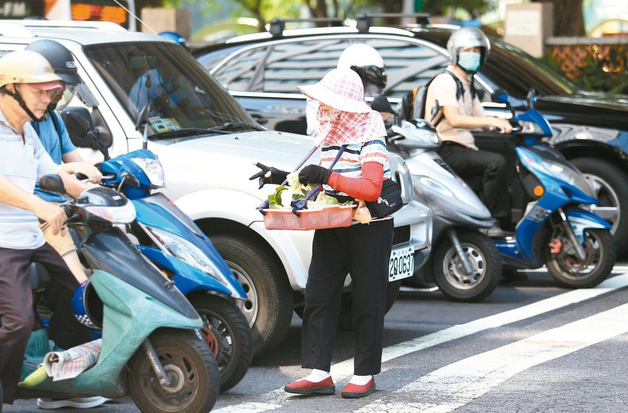 穿梭車陣中賣花,不僅辛苦又危險。(示意圖) 聯合報系資料照