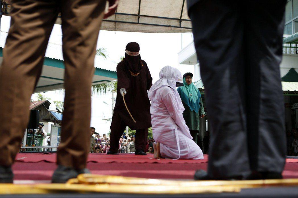 支持鞭刑的常見理由之一,是認為對重大犯罪能起到威嚇作用。圖為今年4月在印尼亞齊(...