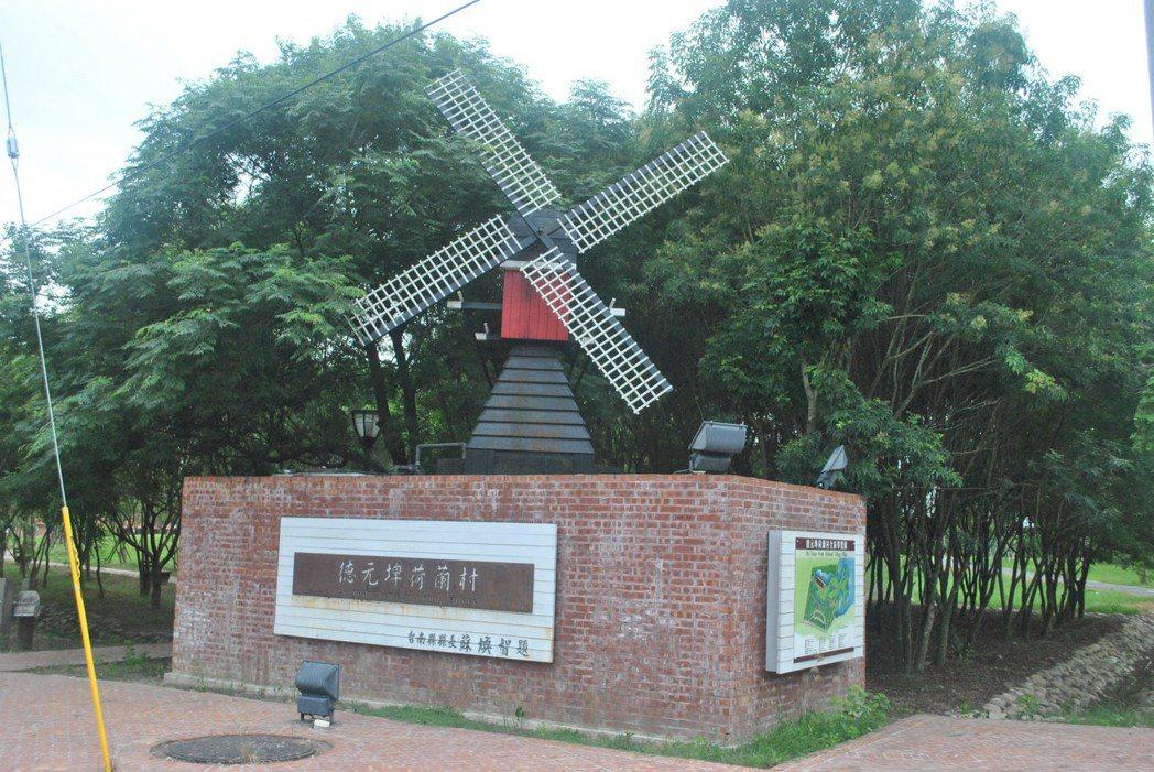 這個指標後面就是荷蘭村,前面就是老牛的家。 圖/涂盛發提供