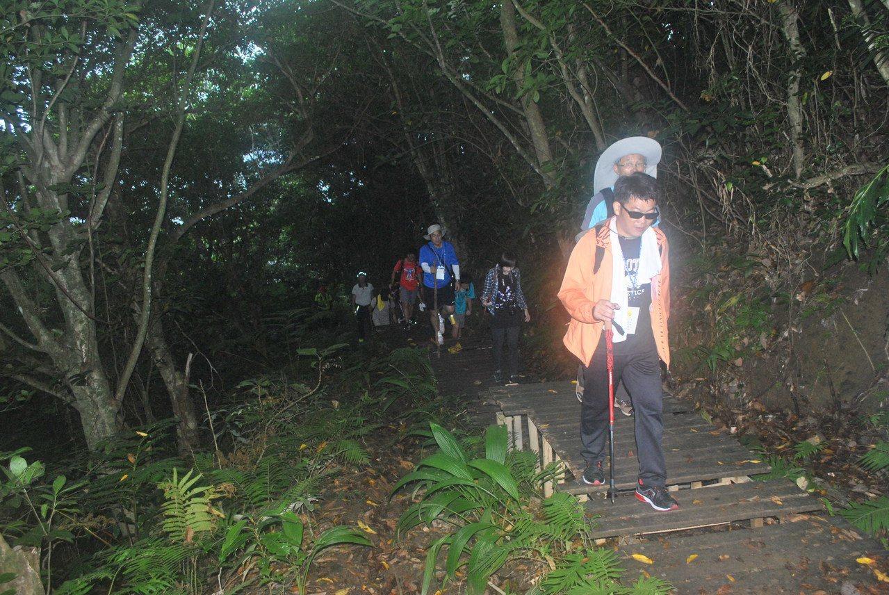 這是密林間的步道,記得要跟上。 圖/涂盛發提供