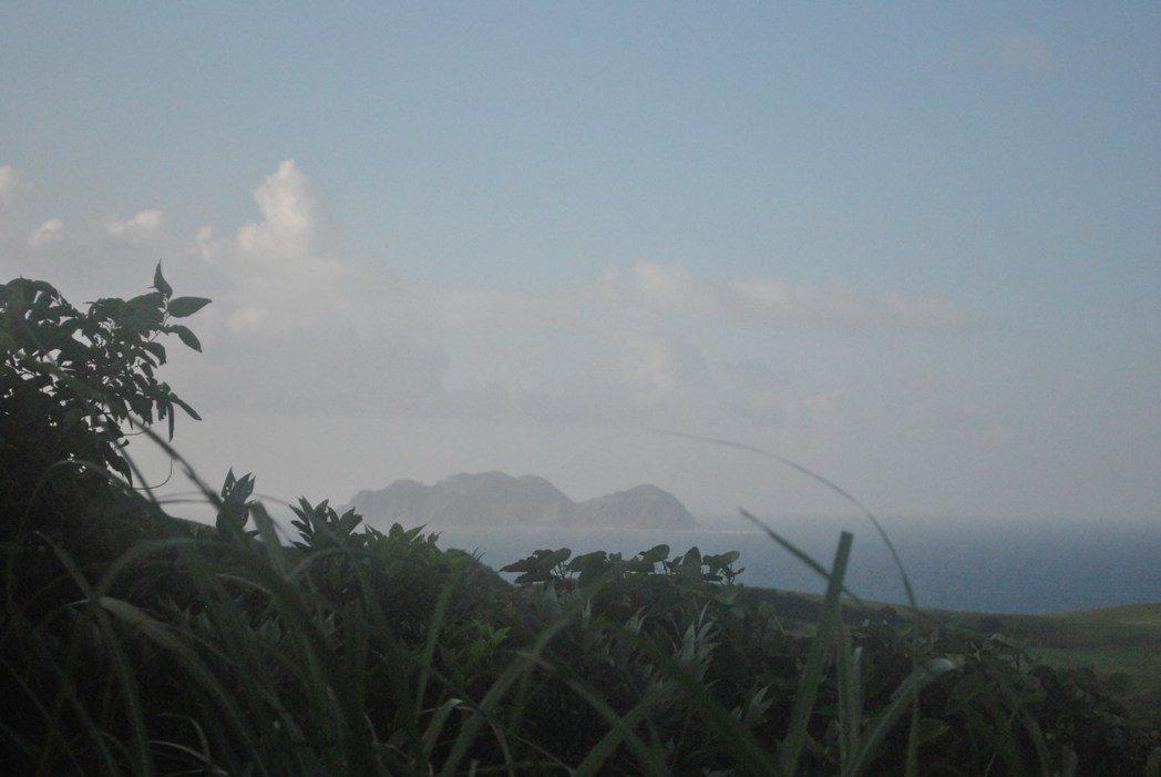 開闊處還可以眺望小蘭嶼,和吹吹海風,拂去悶熱的空氣。 圖/涂盛發提供