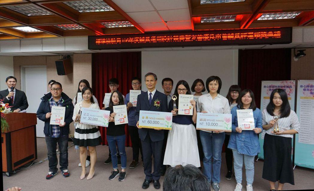 標準檢驗局局長劉明忠(右五)與通用品設計競賽得獎者合影。 金萊萊/攝影