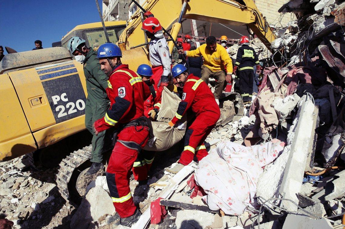 災後不到48小時,伊朗政府就停止了「搜救任務」。 圖/美聯社
