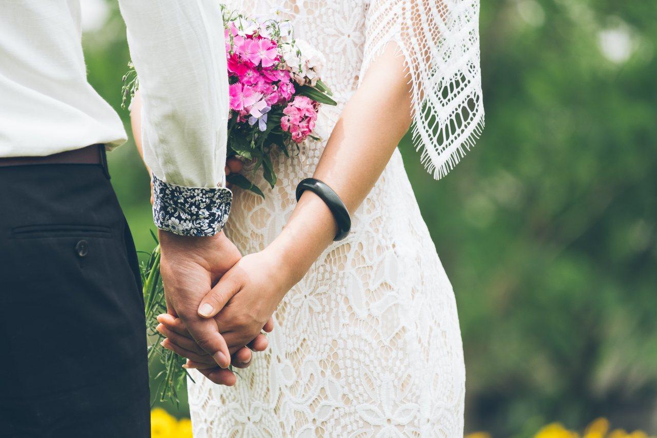 一名女網友在臉書「靠北男友」PO文表示,她與男友交往三年,卻被男友騙年齡又瞞已婚...