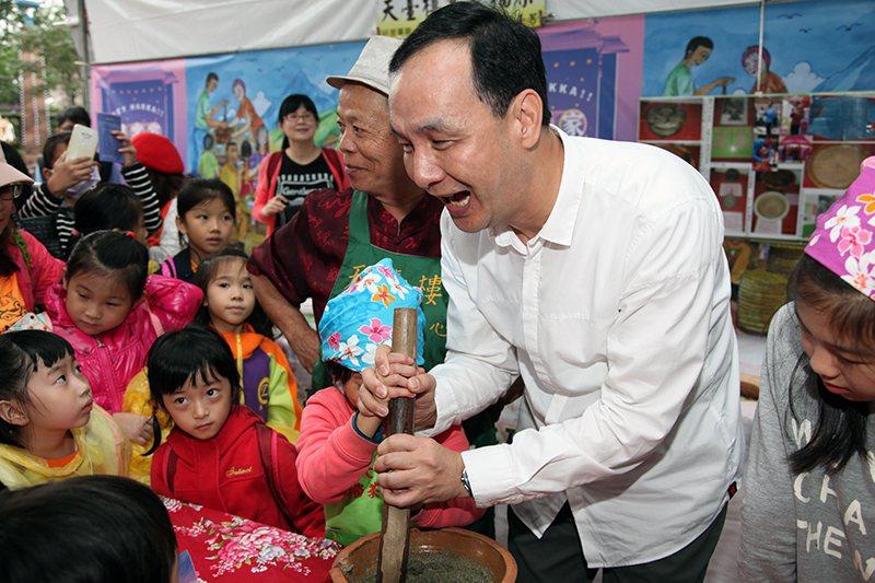 朱立倫市長與現場小朋友一同製作擂茶。 新北市客家局/提供