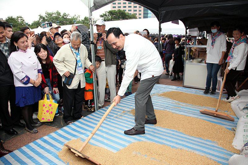 朱立倫市長體驗篩穀、曬穀。 朱立倫市長體驗土礱搗米。