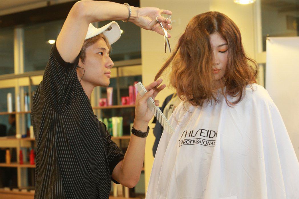 斐瑟髮廊專業設計師進行現場的剪髮表演。 樹德科大/提供