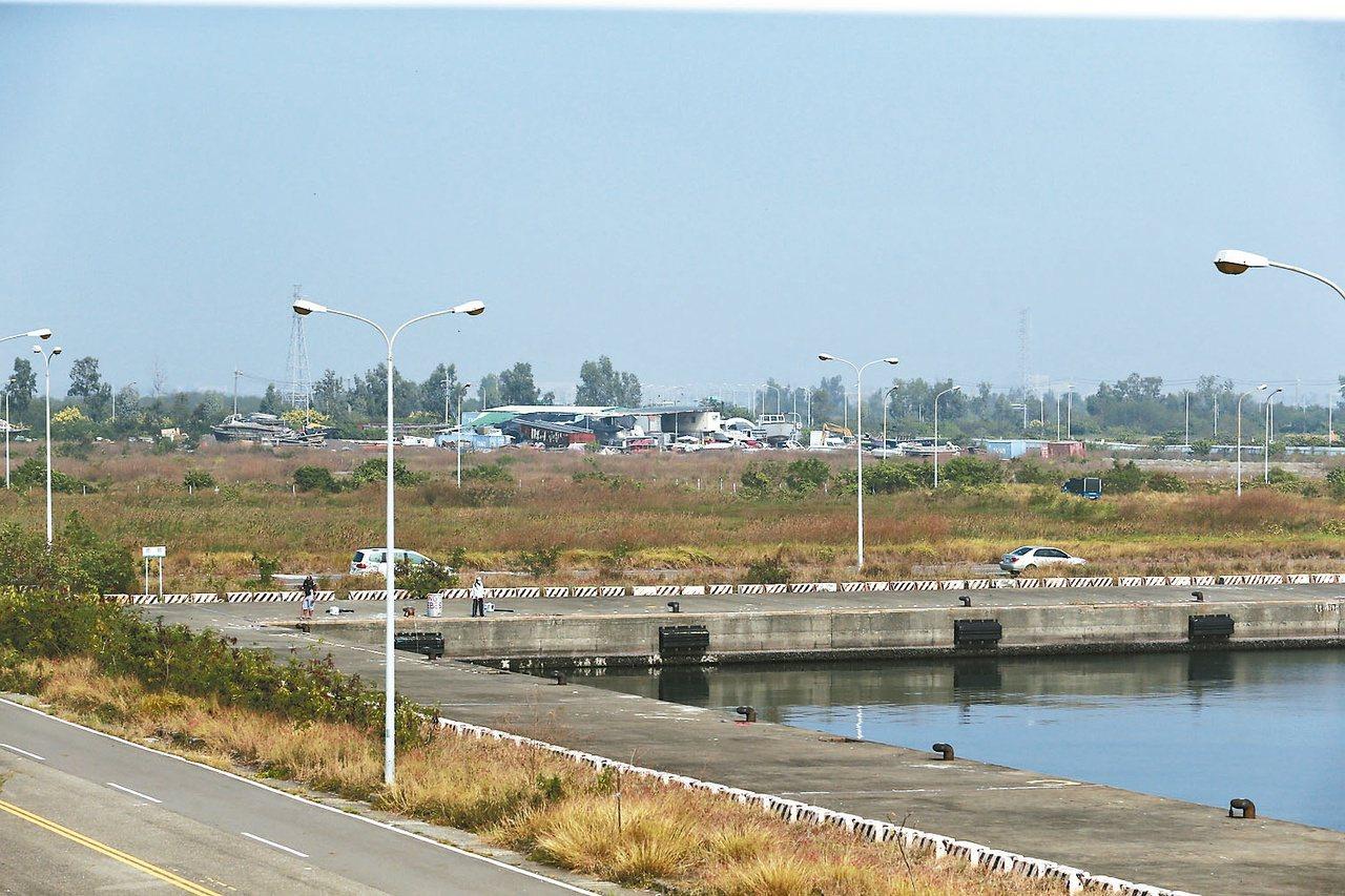 慶富造船獵雷艦建造預定地在高雄興達港,目前雜草叢生沒有任何建築。 圖/報系資料照...