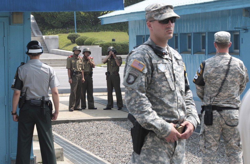 在板門店停戰村,北韓軍人(後方)和南韓守軍及美國駐軍常會近距離面對面。 (美聯社...
