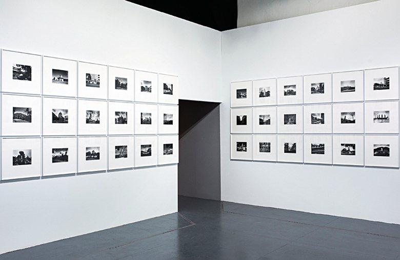 展區廊道間展出台灣知名攝影師張照堂作品。