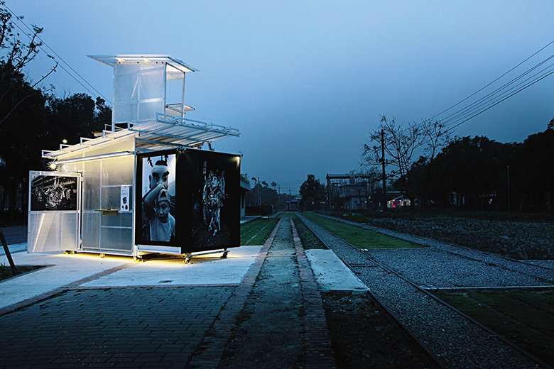 在戶外展區部分,以乘載著不同子題的《城市浮 洲》形成空間中具移動、聚集與擴延的漂...