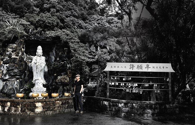 姚瑞中小時候經常在台中旱溪阿嬤家旁的廟宇 玩耍,當時就很喜歡佛像。2006年和藝...
