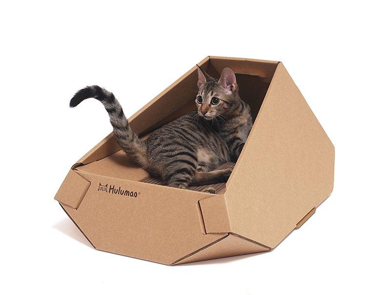品牌Hulumao設計出結合貓窩和貓抓板的「鑽石床」,整體以環保的厚磅紙質構成,...