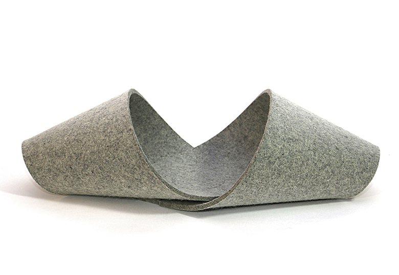 來自新加坡的設計師Yuree Hwang,將回收毛氈製成長條狀,使用時可依毛孩大...