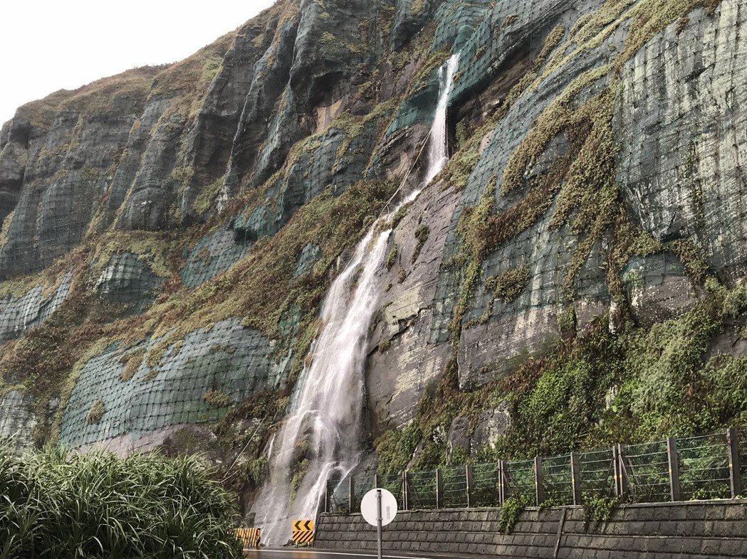東北角地區近日將下可觀的雨量,雨勢不斷也讓濱海公路山壁上因高低落差形成瀑布奇景。...