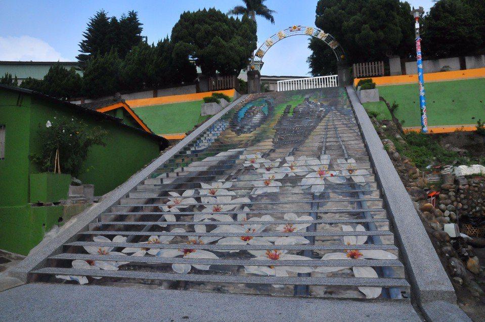 建中國小彩繪階梯。(圖片提供/欣傳媒)