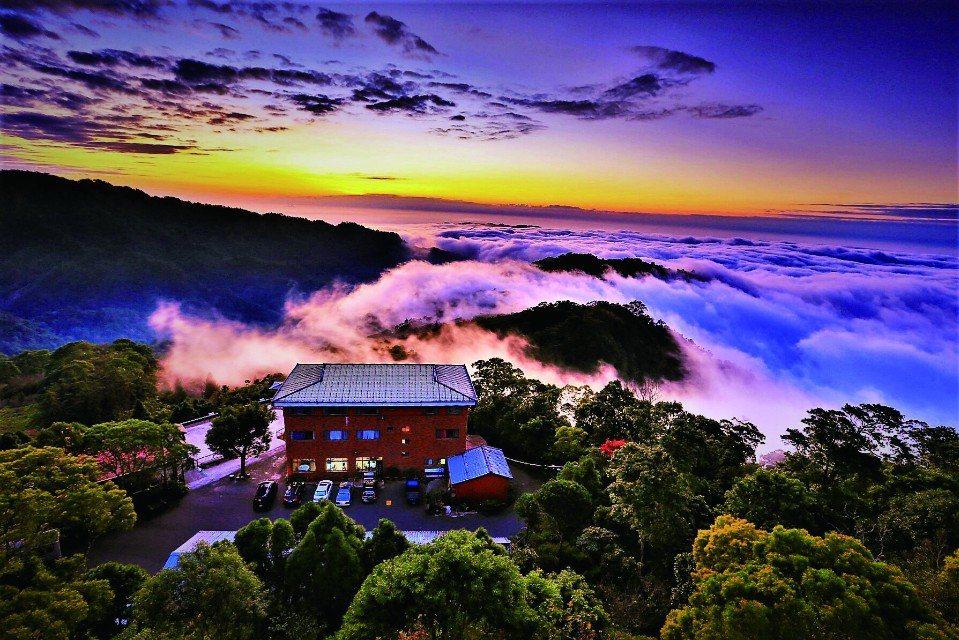 「雲洞山莊」位於經常起霧的三義最高山頂。(圖片提供/苗栗觀光協會)