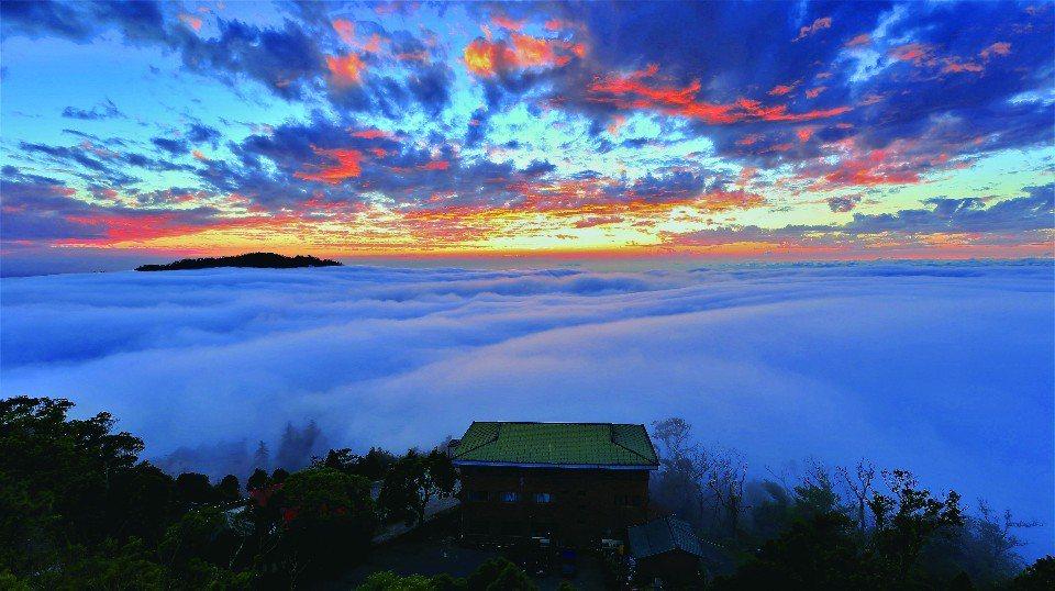 「雲洞山莊」可以欣賞到迷人的雲海美景。(圖片提供/苗栗觀光協會)