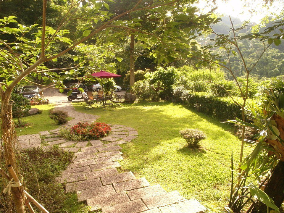 柏竺山莊的戶外庭院。(圖片提供/苗栗觀光協會)