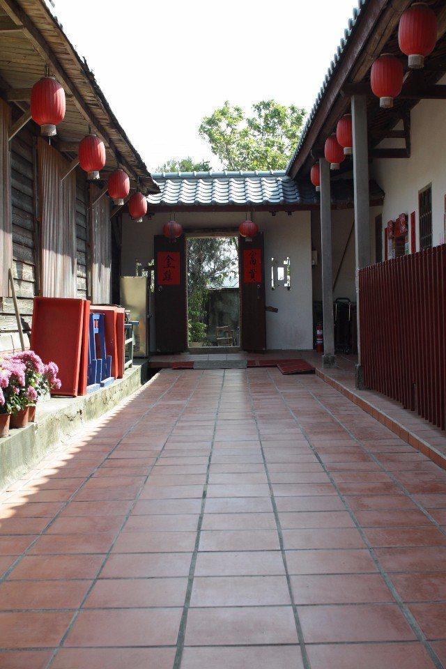 「東里家風古厝民宿」為百年傳統三合院建築。(圖片提供/苗栗觀光協會)