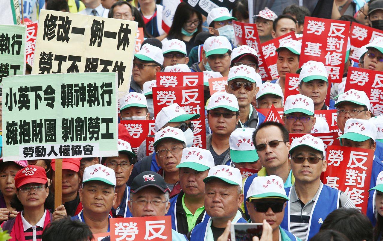 一例一休修法引發勞團不滿、抗議。 本報資料照片