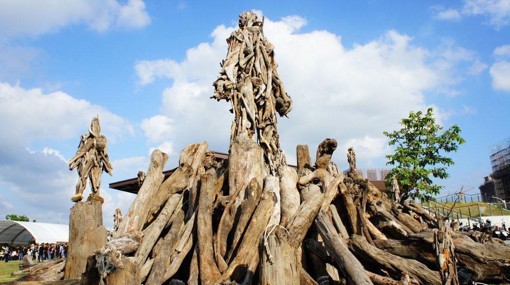 桃園國際漂流木藝術節圓滿落幕,市府決定藝術品原地保留,打造一座戶外美術館。記者李...